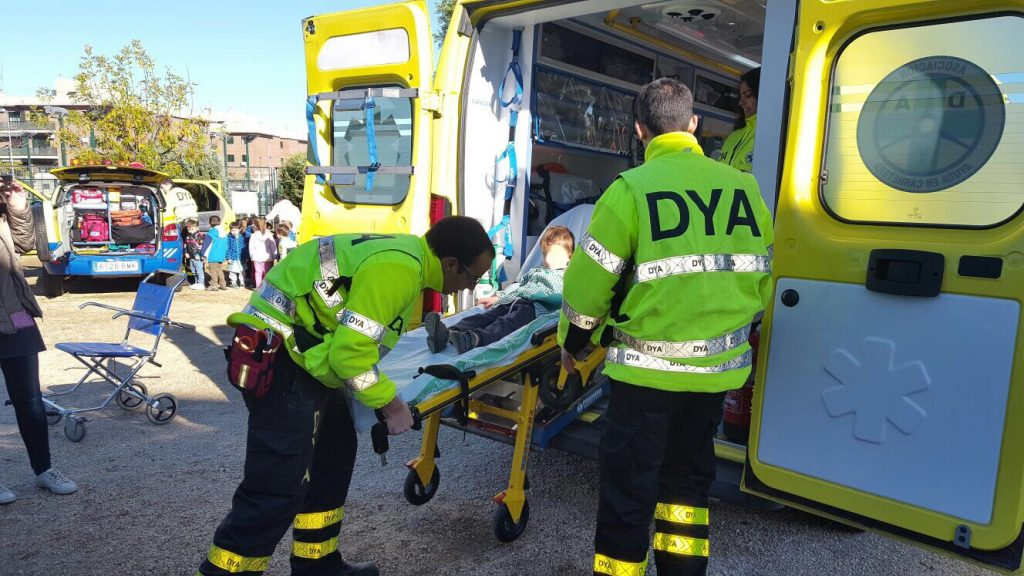 Voluntarios enseñando ambulancia DYA a alumnos de Infantil